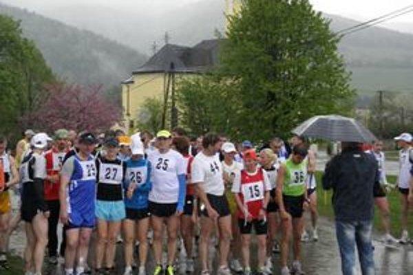 Na štarte. Text k foto: Bežcov nevľúdne počasie neodradilo.