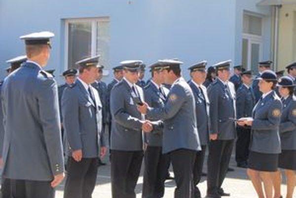 Oceňovanie hasičov. Medaily a povýšenia rozdávali za mimoriadne výsledky.