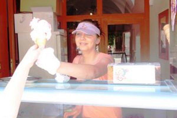 Marcela Rapošová. Predáva zmrzlinu v Prešove.