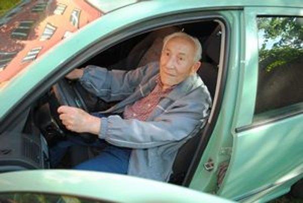Emanuel Šmídl v 99 rokoch za volantom.