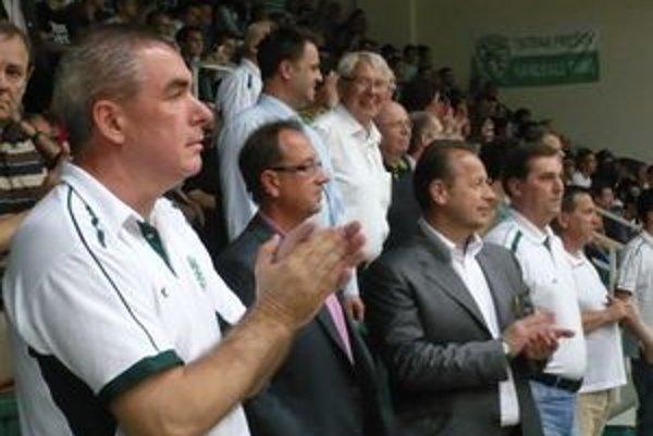 Miloslav Chmeliar. Majiteľ (vľavo) i fanúšikovia hádzanej môže štartu SRL zatlieskať.