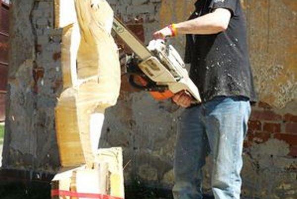 Umelecký rezbár. Vdychuje drevu život.