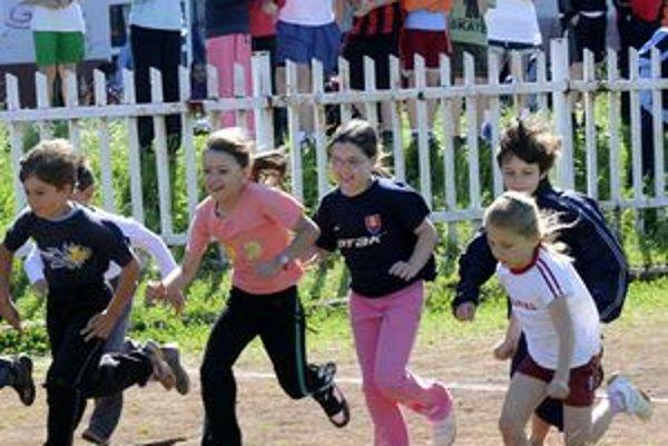 Mladí atléti. Olympijský deň rozbehnú najmladší bežci.