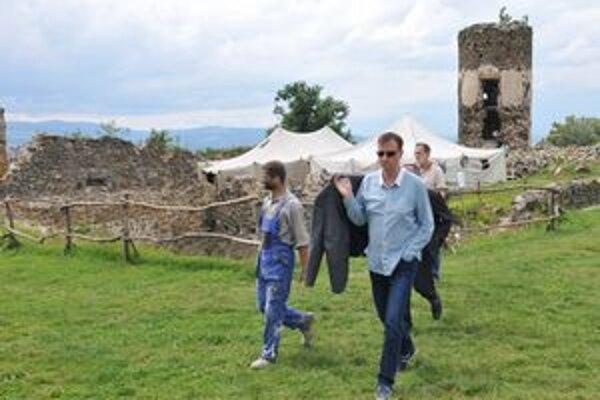 Minister Daniel Krajcer (vpravo) a organizátor prác na hrade Martin Sárosy. S projektom sú spokojní.
