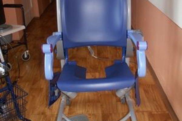 Pojazdné toaletné kreslo. Pomôže pri hygiene ťažko chorých pacientov.