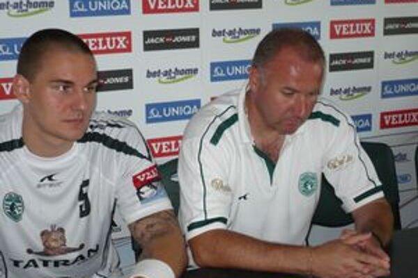 Pivot a tréner. Asistent trénera Tatrana I. Pompoš a pivot M. Kopčo predstúpili pred novinárov.
