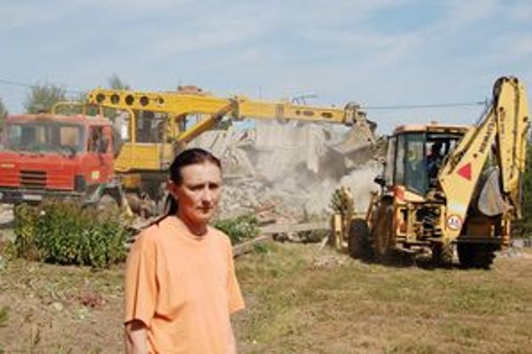 Ľudmila Dobrovičová. So slzami v očiach hľadela na miznúci dom, v ktorom prežila celý život.