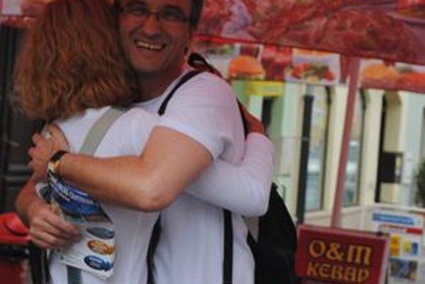 Objímanie v Prešove. Pár stredoškolákov včera chodilo po meste a objímalo ľudí.