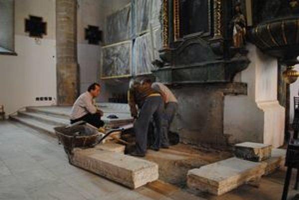 Rekonštrukčné práce. Konkatedrála bude mať čoskoro nový oltár.