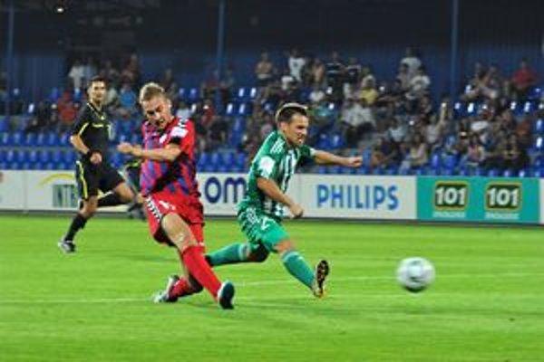 Hráč Senice Jan Kalbiška strieľa tretí gól. Úvodný duel vyhrala Senica 3:0 a tak dnes zeleno-bieli majú čo naprávať.