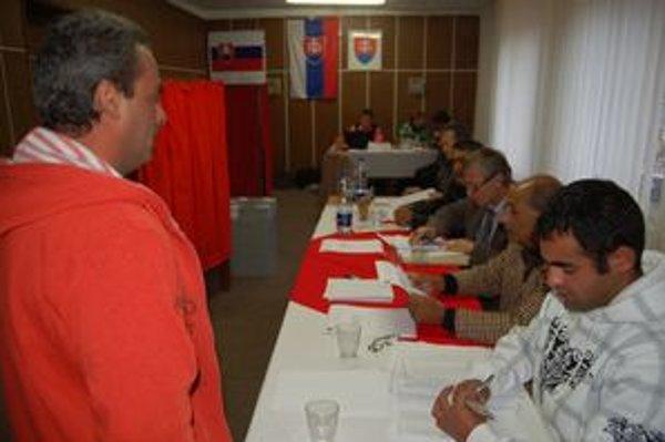 Hlasovanie. Do referendovej miestnosti prichádzali voliči postupne. Ich účasť však bola nepostačujúca.