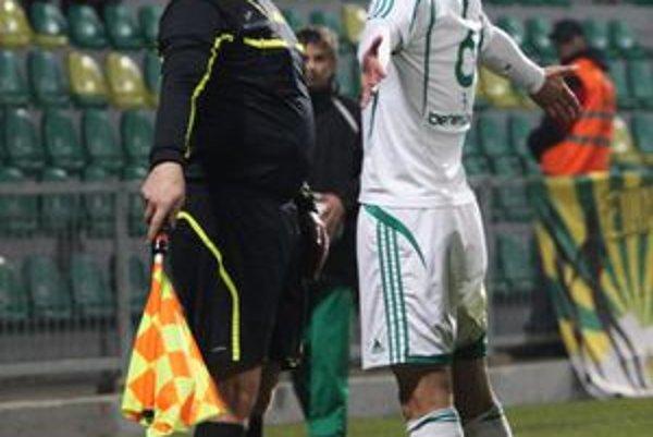 Viliam Macko (v diskusii s rozhodcom). V pohári sa sa strelecky presadil. Možno pridá gol aj dnes v Corgoň lige.