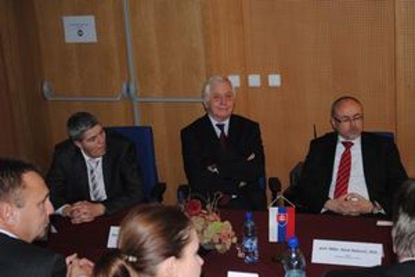 Zriadili nový ústav. B. Bugár, R. Chmel a R. Matlovič na slávnostnom akte.