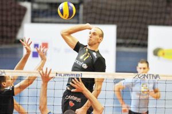 Hráč Volley Teamu Martin Benčič na smeči. Bratislavčania vyhrali s Prešovčanmi aj druhý raz v sezóne.