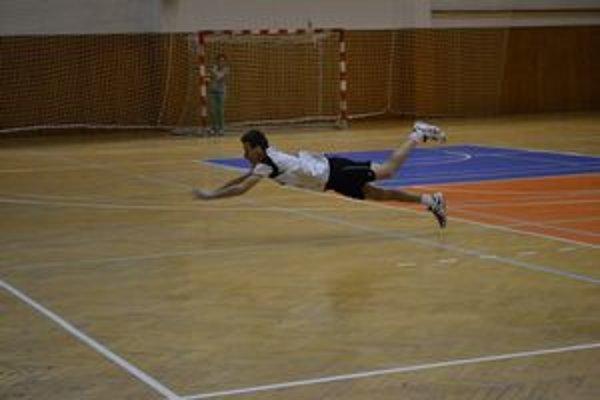 Roman Németh (a jeho akrobacia). Loptu síce na snímke nie je vidno, ale v tomto prípade ju Németh vybojoval a Prešovčania získali po tejto situácii bod.