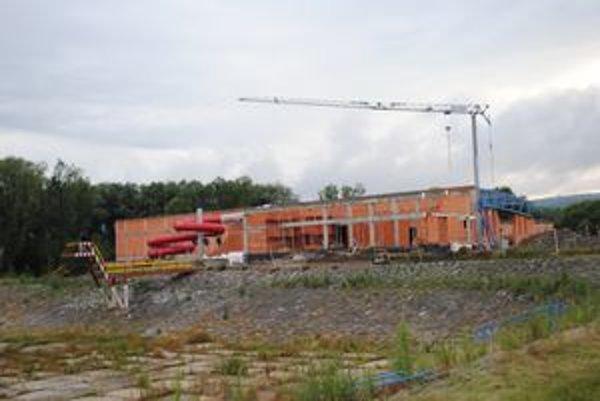 Stavba aquaparku. Päťdesiatmetrový bazén má byť postavený neskôr.