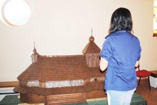 Posvätenie chrámov. Pri Bazilike minor v Ľutine je postavených  desať zmenšených drevených chrámov.