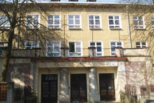 Budova si žiada obnovu. V objekte sídlia dve školy, peniaze získali len na jednu.