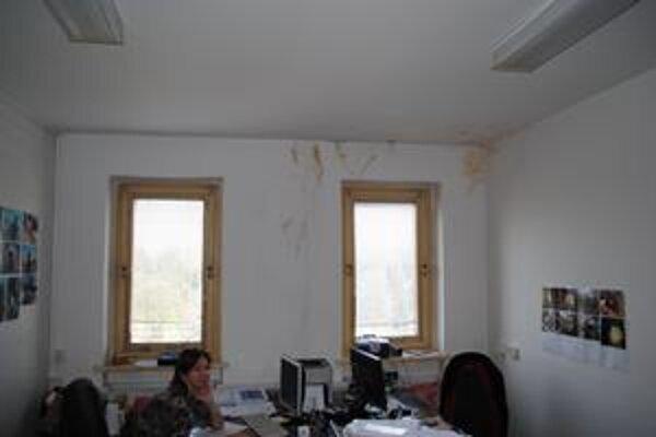 Zateká do kancelárií. Strechu na úrade opravia.