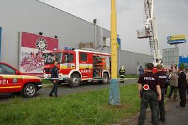 Horela strecha. Kým hasiči hasili, zamestnanci čakali vonku, pri zadnom vchode.