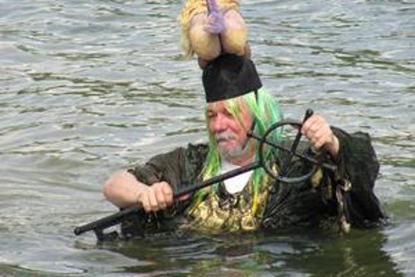 Vodník. Odvážne sa ponoril do chladných vôd.