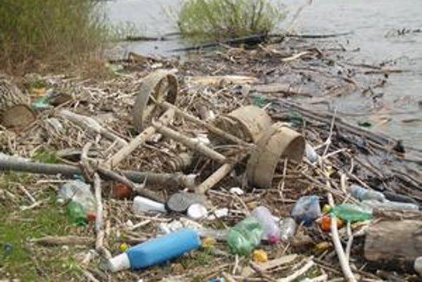 Odpad z Valkova. Mládež na pláži nazbierala 20 vriec odpadu.