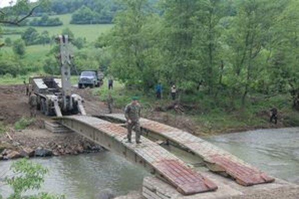 Veliteľ zásahu plukovník Peter Ľupták skúša most.