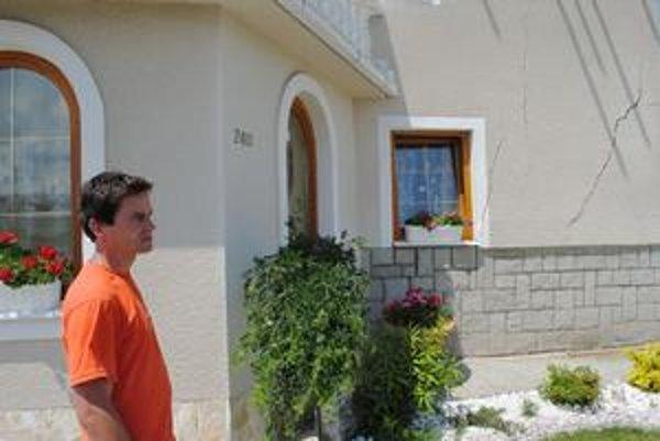 Patrik Brehový pri zničenom dome