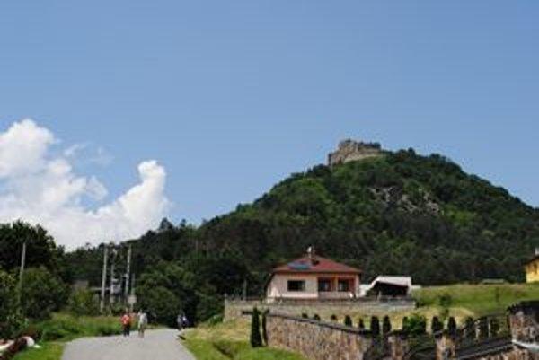 Na Kapušianskom hradnom vrchu došlo k zosunu, domy na jeho úpätí sú vážne poškodené.