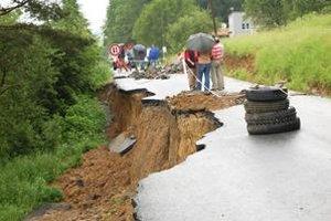 Prepadnutá cesta. Obyvatelia Lažian sa do škôl a do práce dostanú iba cez niekoľkokilometrovú obchádzku.