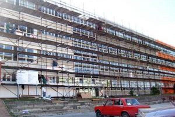 ZŠ Šrobárova. Odkryli strechu, menia okná a upravujú fasády.