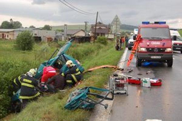 Hasiči vystrihujú z auta vodičku. Žiaľ, tá zraneniam podľahla.