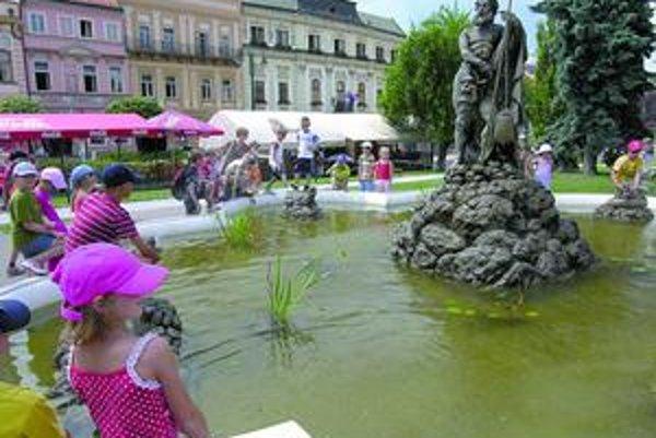 Horúčavy. Ľudia v meste sa osviežujú pri fontánach.