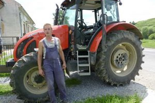 Po úhyne zvierat utrpel 31-ročný farmár Vladislav Jankuv obrovské straty. Ďalšie obrovské peniaze by ho stálo vápno na dezinfekciu pozemkov.