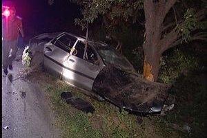 Zdemolované auto, jedna pasažierka nehodu neprežila.