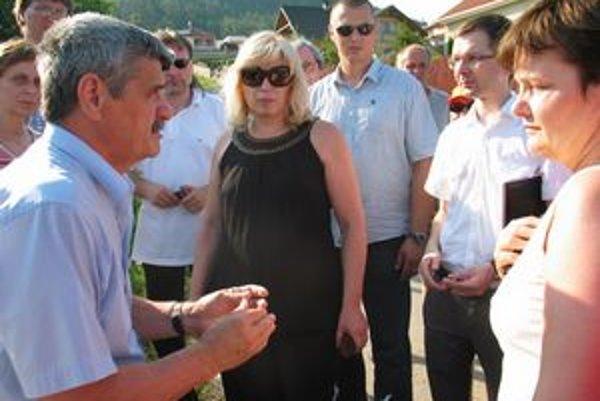Iveta Radičová pozorne počúvala názory ľudí v Kapušanoch.