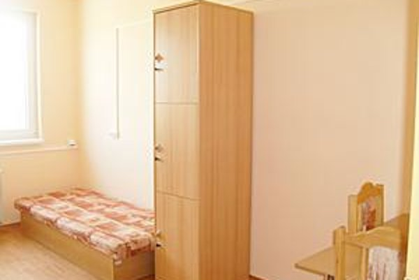 Objekt na Ul. 17. novembra. Väčšina študentov uprednostňuje internátne bývanie. Izby v pavilóne B. Postupne sa v nich mení zariadenie.