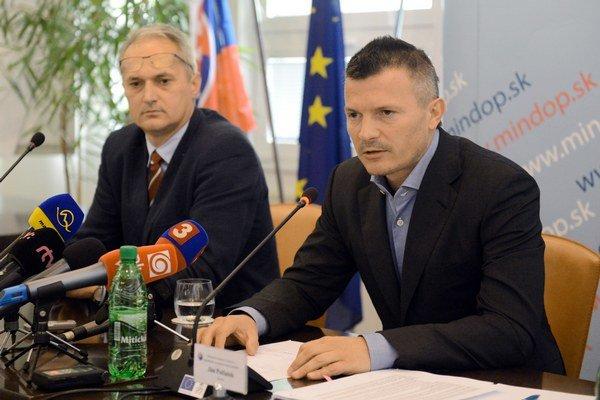 Minister dopravy Ján Počiatek spoločne so šéfom štátneho Carga Vladimírom Ľuptákom vyhlásili za víťaza tendra na kúpu nákladných vagónov švajčiarsku AAE.