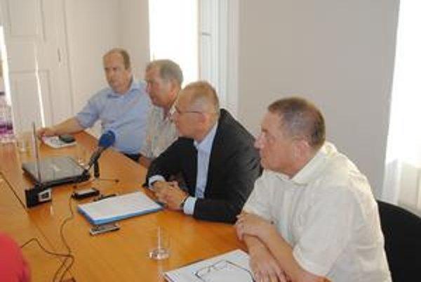 Krajská koaličná rada. Zľava F. Ksenzsigh (SaS), P. Tarcala (KDH), O. Matej (SDKÚ), F. Straka (Most).