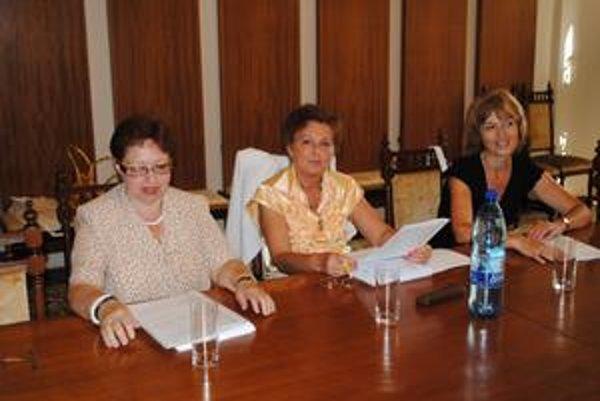 Medzi poslankyňami panuje zhoda. Tri radné z rôznych klubov - (zľava) Ďurčanská, Kusendová, Turčanová - majú rovnaký názor.