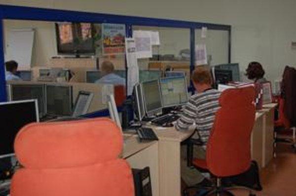 Koordinačné stredisko. Operátori linky 112 prijímajú tiesňové hovory v jednej miestnosti spolu so zdravotníkmi a hasičmi.