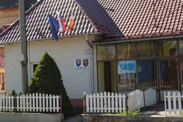 Obecný úrad v Uzovciach. Pri referende tu pochybila okrsková komisia, podobne aj v susednom Ratvaji.
