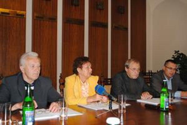 Po porade k rozpočtu. Zľava A. Neupauer, M. Kusendová, M. Berdis a J. Višňovský.