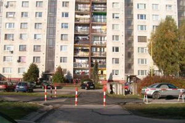 Zábrana na Karpatskej. Tu už nemôžu stáť autá.