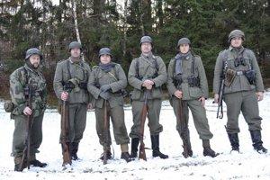 Členovia Klubu vojenskej histórie Prievidza.
