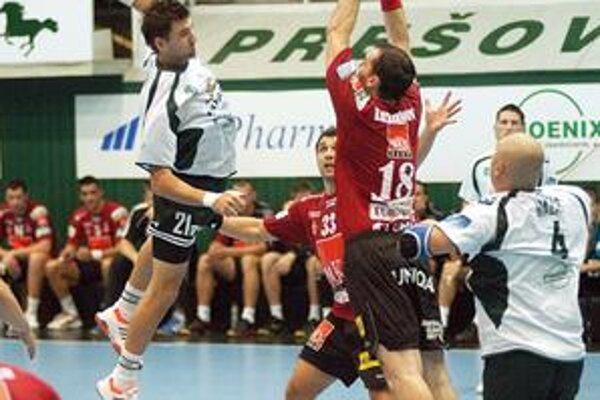 Sypalo mu to. Markovi Mikécimi (s loptou) sa naostatok v maďarskej lige strelecky darilo.