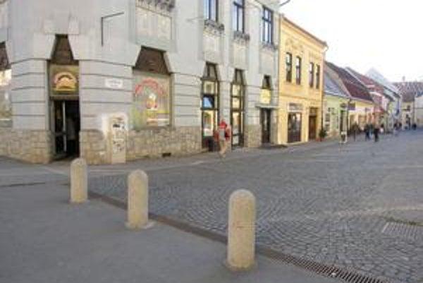 Floriánova ulica. Betónové zábrany podľa niektorých Prešovčanov prekážajú záchranárom.