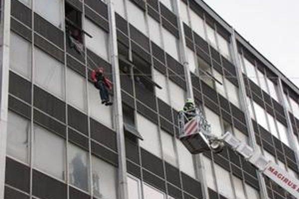 Hasičské krajské cvičenie. Evakuovali ľudí zo šiesteho a siedmeho poschodia.
