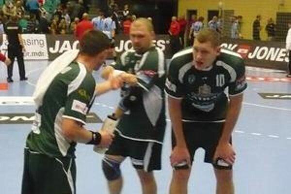 Trojica. Zľava Radčenko, T. Mažár, Kristopans sa v Koldingu burcovala aj cez prestávku.
