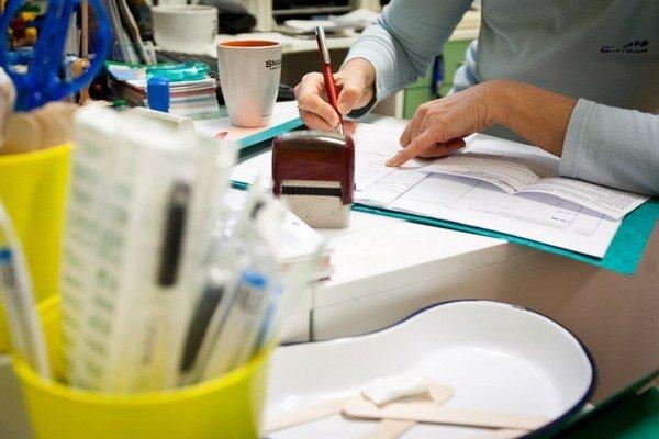 Lekári sa zavedeniu registračných pokladníc do ambulancií bránia. Hovoria, že pacientom už aj dnes vydávajú príjmové bločky za uhradené poplatky.